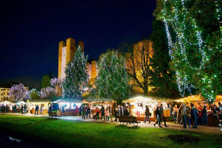 Lo spettacolo di luci e casette per il Natale a Castelfranco